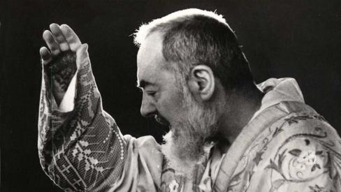 Nespēlējies ar spiritismu! Tēvs Pio brīdina