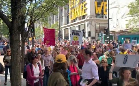 Londonā simtiem tūkstošu protestē pret lokdaunu un vakcīnu pasēm
